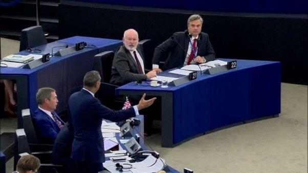 Nazi-Vergleich, Plastik-Verbot und Schuh-Protest - der Tag im EU-Parlament