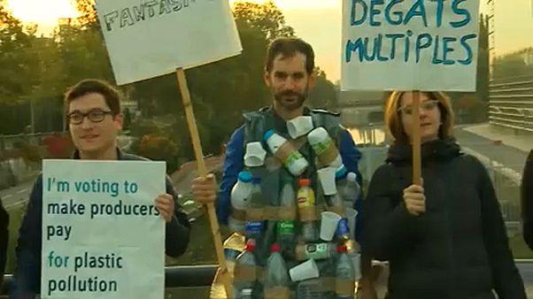Varios eurodiputados han protestado contra la contaminación de los residuos plásticos