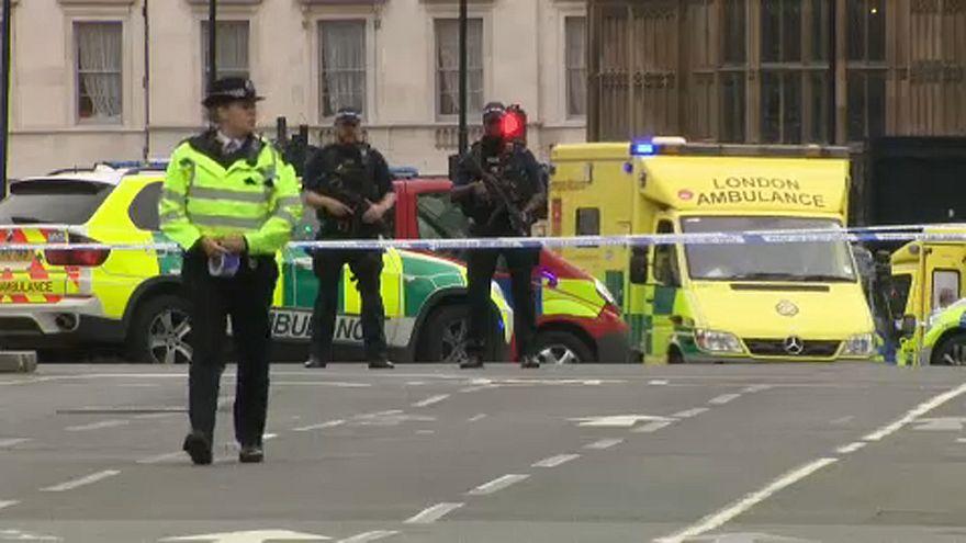 Westminster: auto contro la barriere del Parlamento