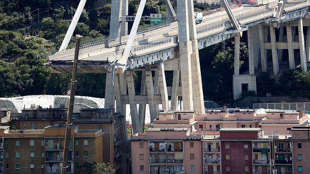 Los servicios de rescate buscan supervivientes bajo los escombros del puente derrumbado en Génova