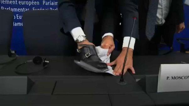 [Vidéo] Un eurodéputé italien écrase les notes de Moscovici avec sa chaussure