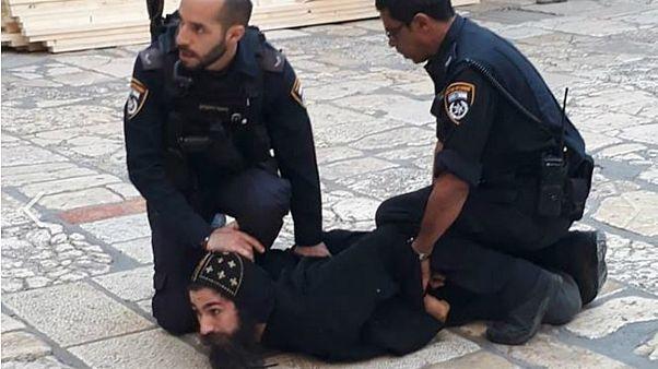 الشرطة الإسرائيلية تعتدي على رهبان أقباط خلال اعتصام بساحة كنيسة القيامة