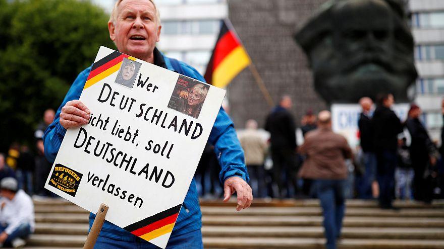 Merkel muss weg: Anti-Merkel-Demo in Hamburg. Gegendemonstranten deutlich mehr an der Zahl