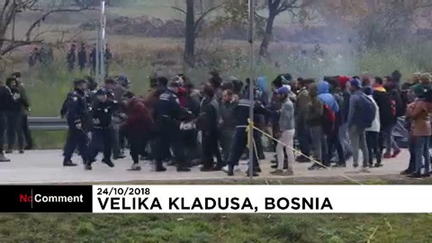 شاهد: اشتباكات عنيفة بين مهاجرين والشرطة على الحدود بين البوسنة وكرواتيا