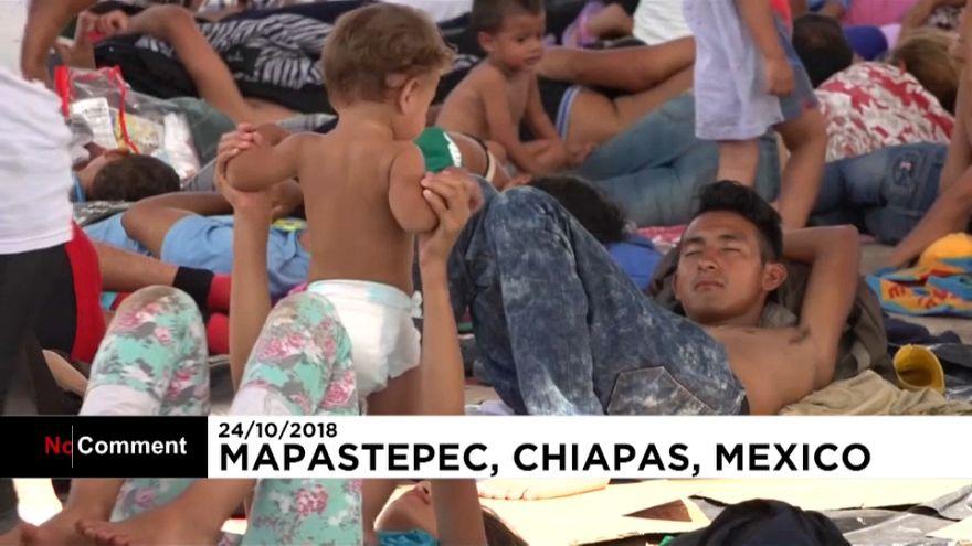 Тысячи мигрантов идут к границе с США