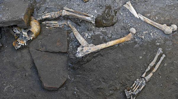 Antik kent Pompeii'de lavlardan kaçarken bir odaya sığınan 5 kişinin iskeleti bulundu