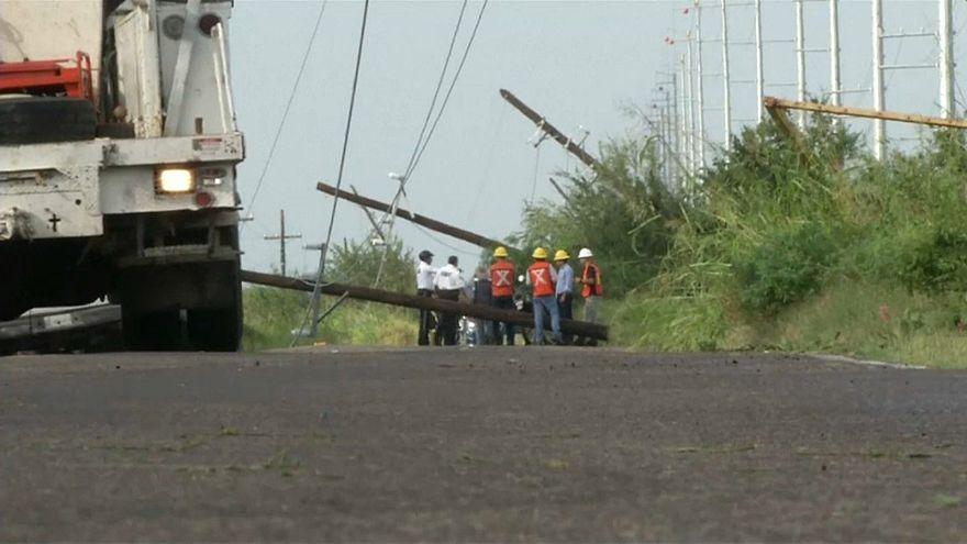 Willa Kasırgası'nın 195 km hızla vurduğu kasaba yaralarını sarıyor