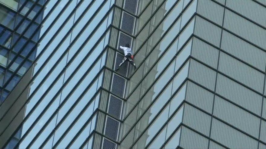 شاهد: رجل يتسلق أطول مبنى في لندن بشكل سري وبدون حبال