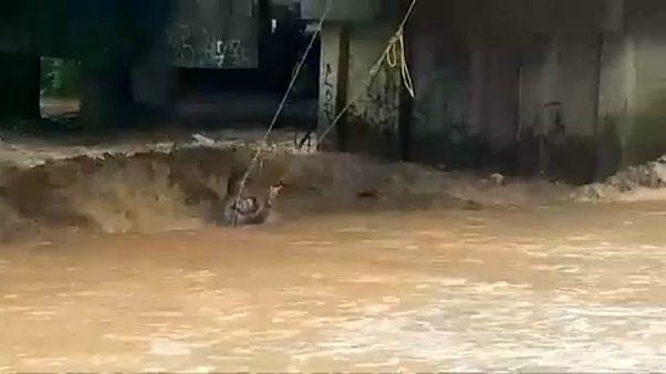 Willa Kasırgası'yla su seviyesi artan nehirde kurtarma operasyonu
