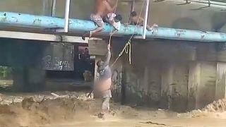Homem escapa à fúria das águas no México