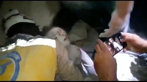 """""""الخوذ البيضاء"""" تنقذ طفلة عمرها 5 سنوات من تحت حطام بناء دمرته قوات الأسد"""