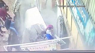 شاهد: كاميرات المراقبة ترصد لحظة إبتلاع الأرض لسيدتين في تركيا