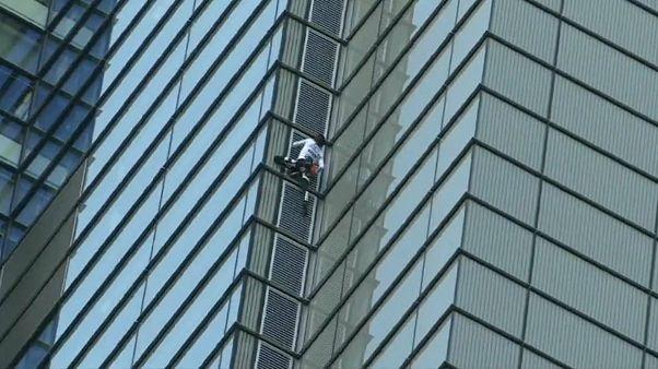 «مرد عنکبوتی» از برج هرون در لندن بالا رفت