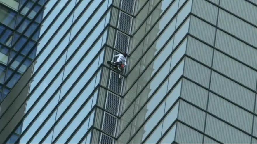 """Spiderman"" escalou a torre Heron, em Londres"