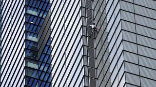 Freeclimber Alain Robert steigt am Heron Tower hinauf