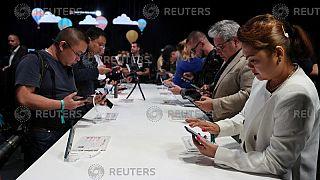 """بكين لـ ترامب: إن كنت تخشى التنصت فعليك بـ """"الموبايل"""" الصيني!"""