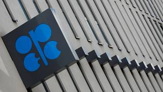 النفط يغلق على ارتفاع مع صعود أسواق الأسهم وتلميح سعودي إلى التدخل لدعم الأسعار