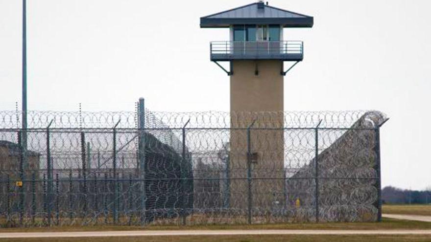 Mahkuma uyuşturucu taşıyan drone hapishanenin tellerine takıldı