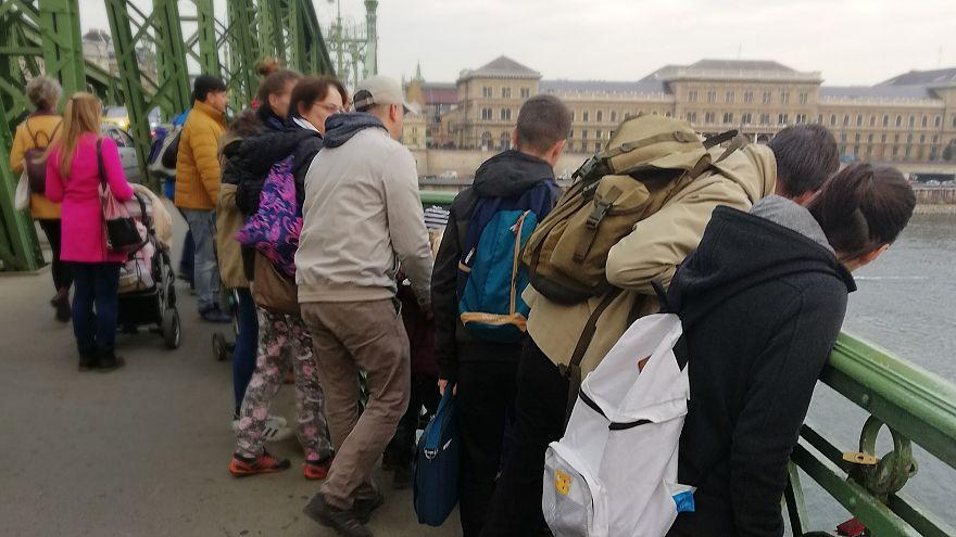 Sokan kíváncsiak a Ferenc József híd Dunában látható roncsaira