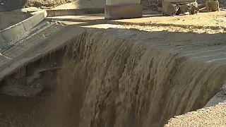 آثار الكارثة التي تسببت فيها سيول في منطقة البحر الأحمر في الأردن
