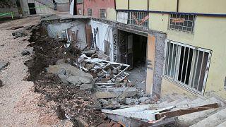 VİDEO | Çöken kaldırımın altında kalan iki kadın ölümden döndü