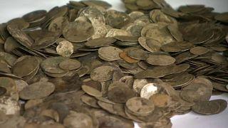 رب ضارة نافعة.. اكتشاف 2000 قطعة ذهبية في المجر بعد انحسار قياسي في مياه نهر الدانوب