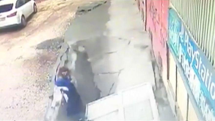 Plötzlich bricht der Bürgersteig ein: 2 Frauen von der Erde verschluckt (VIDEO)