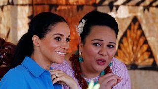 Szúnyogriasztó éneken szórakozott a hercegi pár Tongán