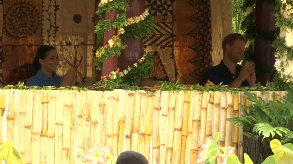 """شاهد: ضحكات الأمير هاري وزوجته أثناء """"أغنية الناموس"""" في تونغا"""