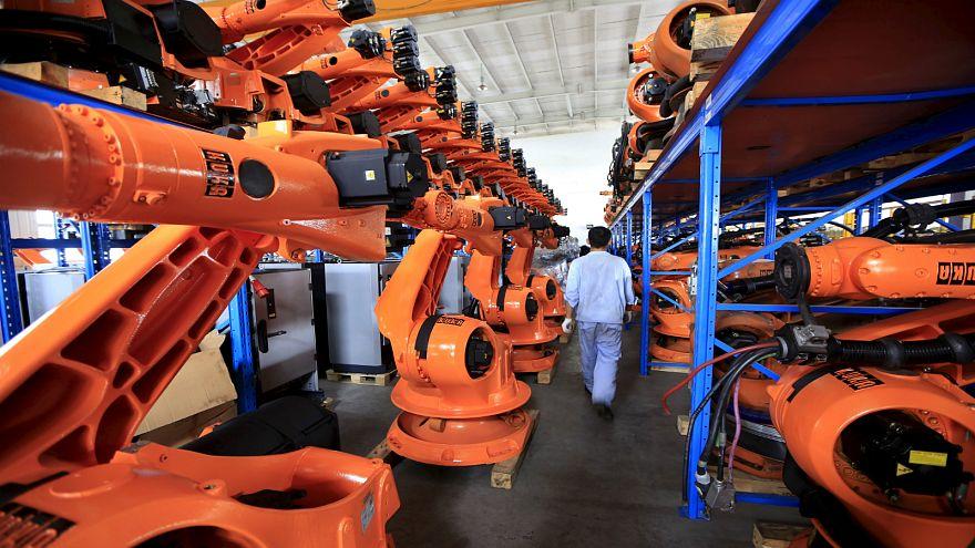 الإنسان الآلي يصنع أجهزة روبوت في مصنع جديد بالصين
