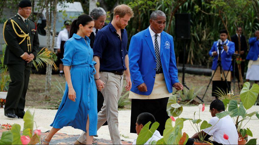 اجرای ترانه «وز وز پشه» در مقابل شاهزاده بریتانیا و همسرش