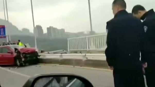 مقتل شخصين إثر سقوط حافلة من أعلى الجسر في نهر يانغتسي الصيني