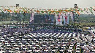 شاهد: تاجر ألماس هندي يوزع 600 سيارة على موظفيه