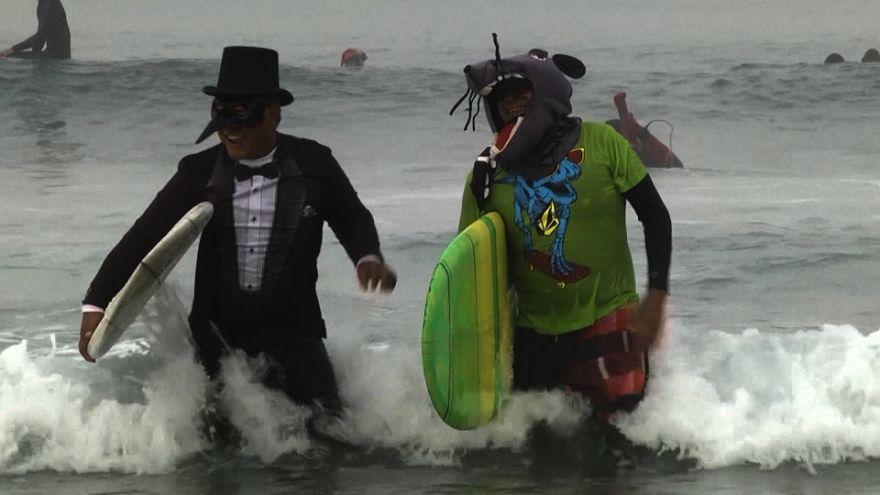 Viram-se bruxas na crista da onda na Califórnia