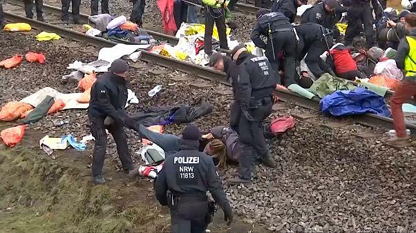 شاهد: إلقاء القبض على متظاهرين افترشوا قضبان قطار في ألمانيا