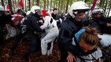 Ativistas e polícia em choque na floresta milenar de Hambach