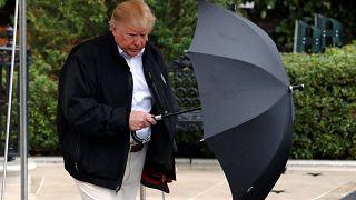 شاهد: هل فعلاً لا يُحسن ترامب استخدام المظلة؟