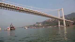 الصين: سيارة تسير عكس الاتجاه تطيح بحافلة ركاب من علو 60 متراً نحو النهر