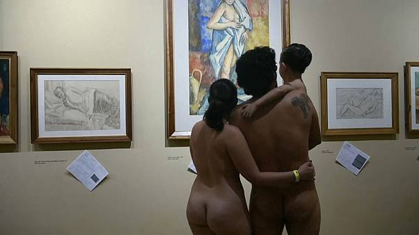 Népszerű a nudista kiállítás