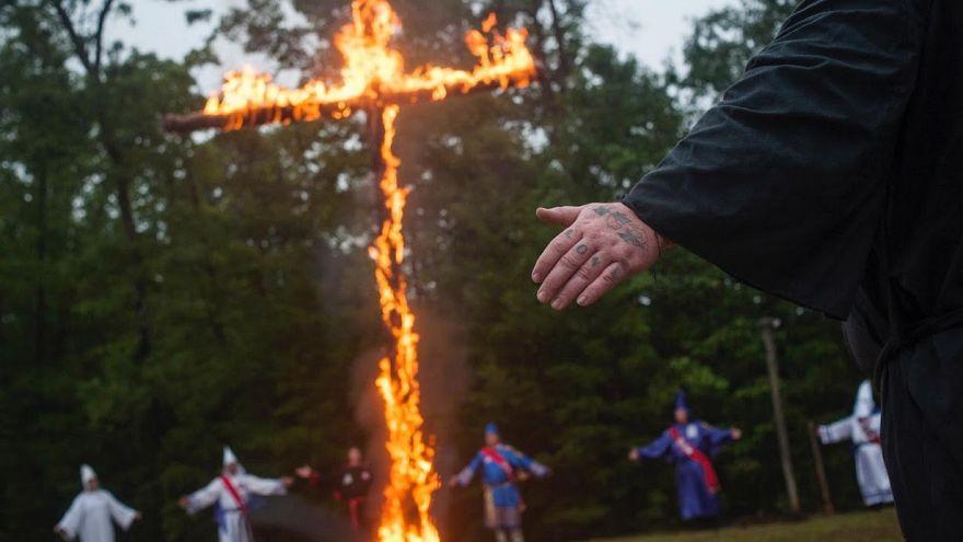 Kuzey İrlanda'da cami önünde Ku Klux Klan kıyafetleriyle poz veren gruba inceleme