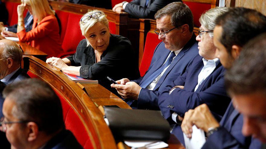 Le Pen señala a Macron como su adversario