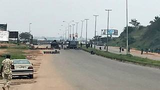 عناصر من الجيش النيجيري تغلق طريقا خارج أبوجا يوم الاثنين