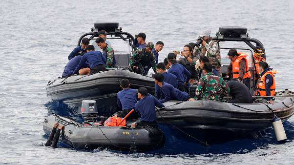 شاهد: إندونيسيا تبحث تحت الماء عن ضحايا كارثة جوية طالت نحو 200 مسافر