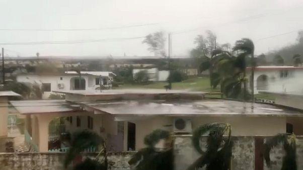 Filipinler'de tayfun nedeniyle binlerce kişi tahliye edildi
