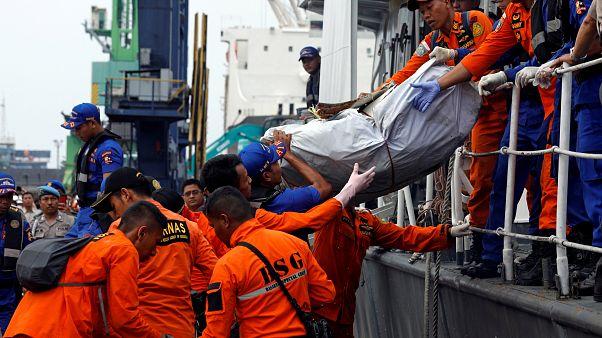 A lezuhant indonéz gép darabjait vizsgálják