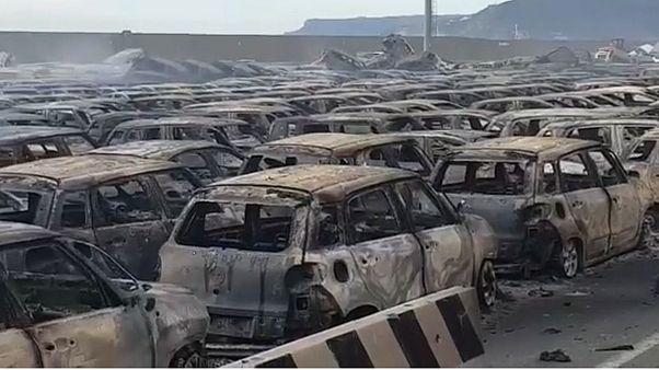 Tuzlu deniz suyu aküleri patlattı, yüzlerce lüks araç yandı