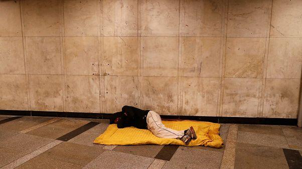 Bruxelles lancia un appello all'Ungheria: i senza tetto vanno aiutati non arrestati