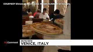 Italie : rien n'arrête une envie de pizza, pas même les inondations