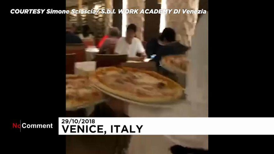 Venezia, una pizza fumante con i piedi a mollo