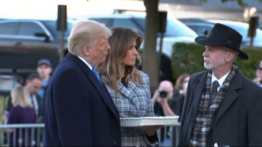 ترامب وزوجته أثناء زيارته المعبد اليهودي في بيتسبرغ بولاية بنسيلفانيا